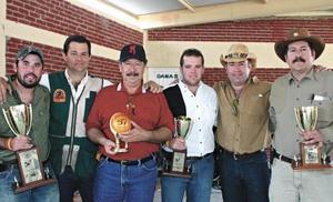 <I>JAIME AGUILERA FESTEJA EN GRANDE</I><P>Eduardo Herrera, José Llama, Jaime Aguilera, Jaime Aguilera y Javier Aguilera