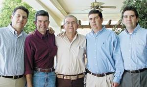 Antonio Dueñes Zurita con sus hijos: Antonio, Luis Enrique, Carlos y Alberto Dueñes Sirgo