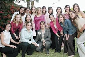 Alejandra Nahle acompañada de un grupo de amigas