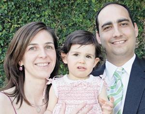 Isabel Vicario de Murra y Fernando Murra Farrus con su hija Sofía