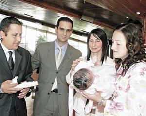 <I>BAUTIZO DE PAULINA MURRA</I><P>José Ignacio Román Saldaña, Pablo Murra Marcos, Blanca Ramírez de Murra y Pily López de Román con la pequeña Paulina