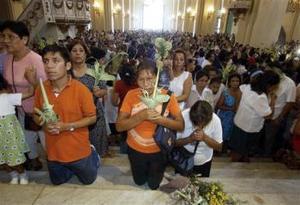Feligreses peruanos se arrodillan ante el altar.
