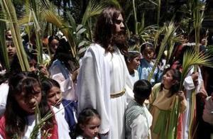 En Iztapalapa y otras delegaciones de  México D.F. se representa de manera viviente la entrada de Jesús a Jerusalén.