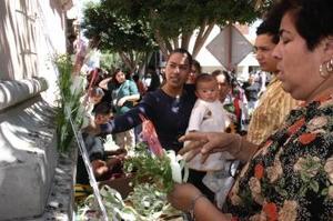 La mayoría de la gente opta por comprar sus ramos y bendecirlos durante la misa, aunque hay pocos venderores que los bendicen antes de venderlos.