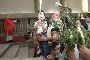 En el Domingo de Ramos se recuerda cuando Jesús entró a Jerusalén, a quien le recibieron con palmas y ovaciones.