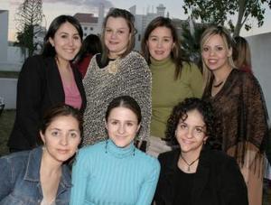 Gabriela Miñarro de Mojica , acompañada de amistades.