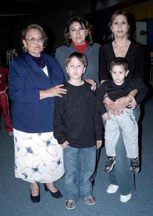 Andrés Eduardo Román Flores en compañía de su familia, en el convivio que le organizaron para festejarlo.