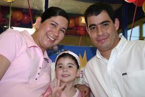 Liliana Daniela Acosta Sánchez con sus papás el día de su fiesta de cumpleaños.