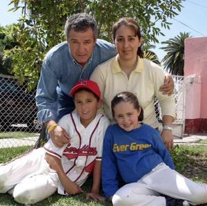 <b>19 de marzo </b> <p> Nelda Patricia Valdés González junto a sus papás, Arturo Valdés Segura y Nelda González de Valdés y su hermano Arturo.