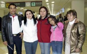 <b>19 de marzo </b><p> Linda Cristal y María del Socorro Batres viajaron a San Diego, los despidieron Lourdes y Beatriz Zamarrón y Juan  Valdez.