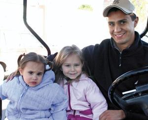 Miguel Ángel Nahle con sus hijas Daniela y Katia Nahle Artigas