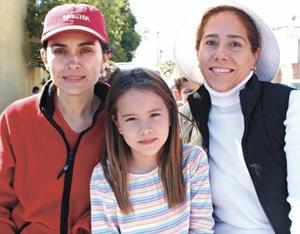Mónica Ramírez, Pamela Acosta y Yetty J. de González