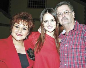 La festejada acompañada de sus padres