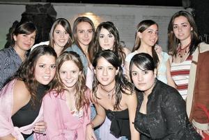 Mariana Payán, Marifer Núñez, Bárbara Martínez, Andrea Monroy, Ilse Barraza, Sofía Villarreal, Estefanía Haro y Marifer Parra acompañando a Karina Berlanga