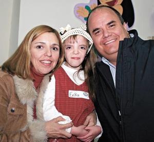 <I>DIVERTIDO FESTEJO</I><P>La festejada acompañada de sus papás Erika Botello de González y Jaime González Lobo