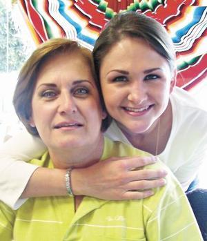 <I>FESTEJO SU CUMPLEAÑOS</I><P>Güera Grageda de Cofiño con su hija Bárbara Cofiño Grageda