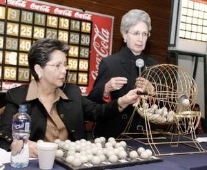 Las responsables de dirección del bingo, Chabelita de Gil y Laurencia de González.