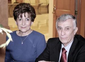 Sra. Beatriz Cantú de Gómez y Sául Gómez.
