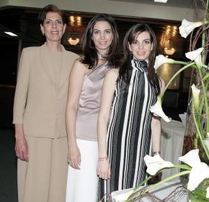 Alicia Estrada Murra el día de su despedida con s mamá, la sra. Alicia Murra de Estrada y su hermana Susana Estrada Murra.