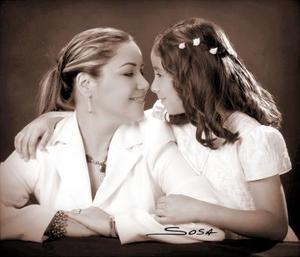 Ana Sofía Rodríguez Flores captada en una foto de estudio con su mamá, la Sra. Daniela Flores de Rodríguez.