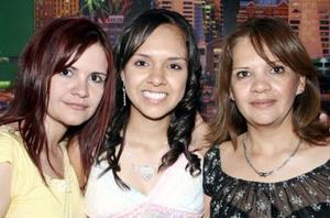 Andrea Anahí H. Quiroz con su mamá Lupita Quiroz y su hermana Alejandra.