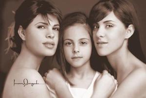 Srita. Marcela Valdez González, en una fotografía de estudio en compañía de sus hermanas Claudia Victoria y Nadia Valdez González