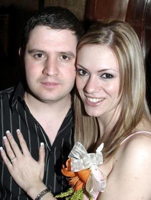 Faruk Fernández González y Odila Vargas Villarreal contraerán matrimonio por lo cual les ofrecieron una despedida de solteros.