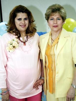 <b>20 de marzo 2005</b> <p> Judith Favero de Cárdenas, acompañada de la organizadora de su fiesta de canastilla.