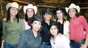 Ariadna González Luna en compañía de amistades y familiares que le organizaron una fiesta al estilo country recientemente.