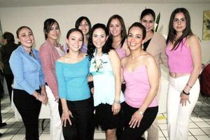 Charo Macías Navarro acompañada de amigas el día de su despedida de soltera.