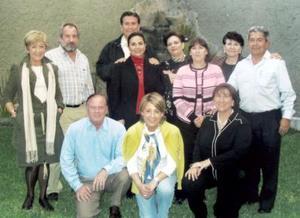 Salvador y Yoya Necochea, Cristina Necochea, Amanda Ramírez, Alan y Chachis Coulson, Alejandro y Pilar López Amor, les ofrecieron una fiesta a Pili, Camino y Mariano.