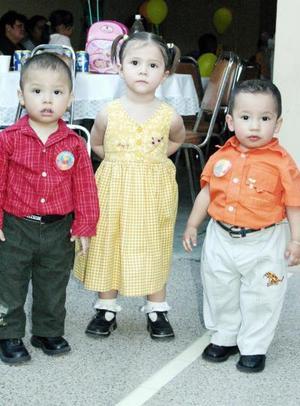 Los pequeños ángel Daniel Becerra Riquejo, Danna Scarleth Pérez Riquejo y Alejandro Lozano Riquejo, captados en pasado festejo social.