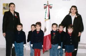 Los pequeños Luis Mario, Enrique, Raúl, Lizeth y Sofía acompañados por sus maestras Fabiola y Teresa Reyes.