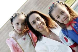 Melissa y Andrea Gavela Medina, junto a su mamá Diana Medina.
