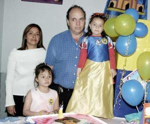 <b>20 de marzo </b> <p> Salma Marcos Siwady Espinoza el día de su cumpleaños com su familia.