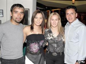 <b>22 de marzo 2005</b> <p> Carlos Cariño, Samantha de Cariño, Graciela de Castillo, Hugo Norberto Castillo, en pasado festejo.