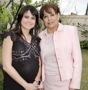 <b>21 de marzo 2005</b> <p> Ana Sofía de De la Garza con su mamá, la Sra. Anaya de Méndez.