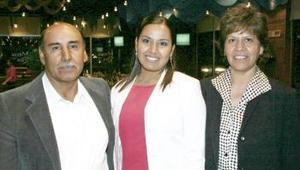 Con motivo de su graduación universitaria Nelly de la Torre Montaño disfrutó de una reunión, que le organizaron sus papás.