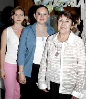 <b>23 de marzo 2005</b> <p> Carmen María Pérez de Alanís espera el nacimiento de su tercer bebé, aquí está acompañada de su mamá, Maritrini Sánchez de Pérez y Lupita Pérez Sánchez, le organizaron una fiesta