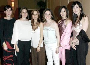 Margarita Hernández Vela, acompañada por amistades el día de su fiesta de despedida de soltera.