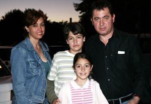 Francisco, María Fernanda, y Francisco Osornio y María Isabel Taboada.