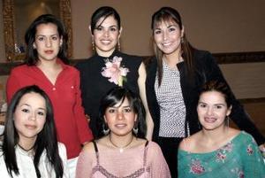 María Teresa Leyva Rosales acompañada de sus amigas el día de su despedida de soltera.