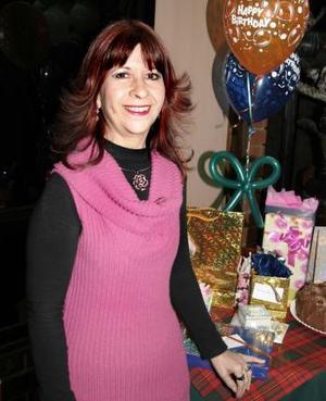 Luz María Horta Cantú recibió regalos el día de su fiesta de cumpleaños.