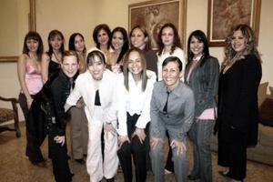 Myrna Martínez Ríos acompañada de sus amigas Gaby, Aurora, Dora, Liliana, Rocío, Any, Bárbara, Ivón, Leila, Paola, Estefanía, y Margarita.