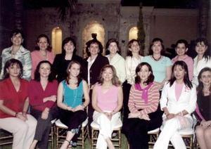 Las amigas a Elvira de Bello, Elsa, Esther, Lety, Sheila, Leo, Anabel, Mayela, Lyli, Sofía, Jose, Linda, Gina y Katia.