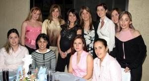 <b>25 de marzo 2005 </b> <p> Ana Sofía Méndez de De la Garza en compañía de sus amigas, el día de su fiesta de canastilla.