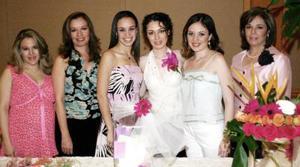 S-Margarita Hernández Vela, acompañada de Norma Vela de Hernández, Norma Hernández de González, Azucena Ayup, Deborah Mery y Bárbara Mery de Balcázar, en su despedida de soltera