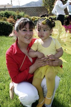 La pequeña Paulina Castillo Alvarado con su mamá.