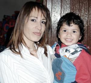 Gaby Soto con su hijo  Gabriel Eduardo Soto en un agradable festejo