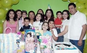 Lila Paola Castaño Nájera en su fiesta de cumpleaños con amigos y familiares.